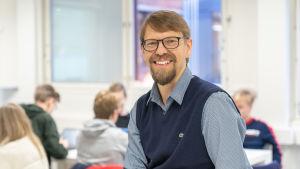 Kulosaaren yhteiskoulun uskonnon ja elämänkatsomustiedon opettaja Niilo Mähönen