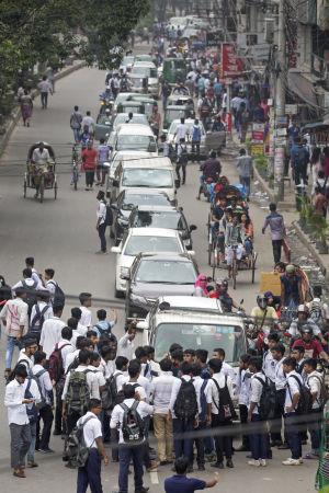 Studenterna har satt upp vägspärrar där de kontrollerar förarnas körkort