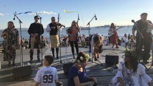 Paul Dahlin & Fiddlers spelar på midsommarfest i New York.