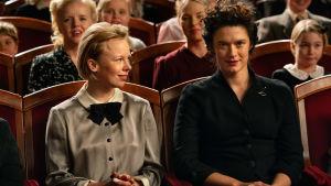 Tove (Alma Pöysti) och Vivica Bandler (Krista Kosonen) sitter bredvid varandra i en teatersalong.