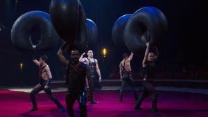 Akrobatiaryhmä Cheban esiintymässä Sirkus Finlandiassa.