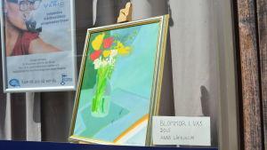 Målning, tillhandahållen av Ekenäs konstförening, i butikskyltfönster (Ekenäs Optik) vid Kungsgatan