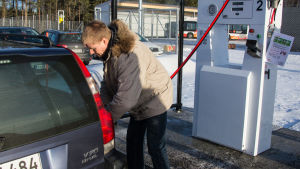 Olav Nilsson tankar sin gasbil.