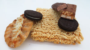 Karjalanpiirakka, keksejä, nuudeleita ja suklaapatukoita.