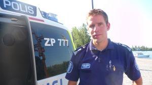 Kommunikationschef Mikael Appel med den nya polismaijan.