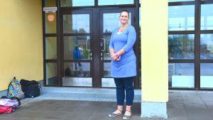 Rektor Katarina Lodenius utanför Sjundeå svenska skola.