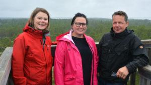Anita Sundman, Ulrika Nabb och David Nabb uppe i Karikatornet i Österhankmo.