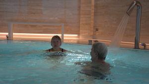 Två personer i en bubbelpool.