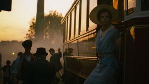 Irisz Leiter (Juli Jakab) stiger av ett tåg i solnedgången.