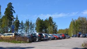 Bilar på parkeringsplatsen P3 vid Borgå sjukhus.