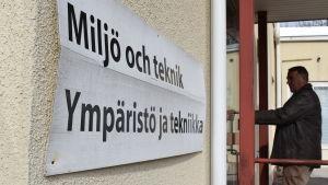 En skylt med texten miljö och teknik på kommunalhusets vägg.
