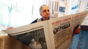 En rysk pensionär läser tidningen Pravda.
