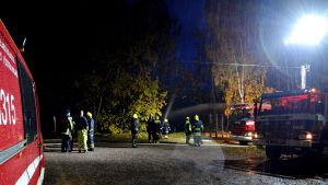 Brandbilar vid översvämning.