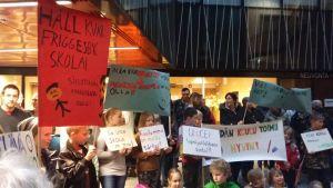 Demonstration utanför fullmäktigesalen
