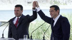 Makedoniens premiärminister Zoran Zaev och Greklands premiärminister Alexis Tsipras vid undertecknandet av namnuppgörelsen mellan länderna.