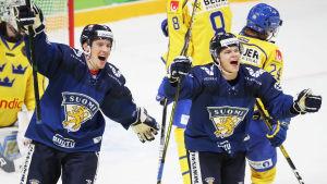 Eemeli Suomi och Vili Saarijärvi firar glatt.