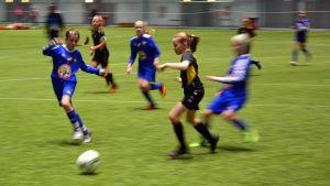 Spelare från Vasa IFK och FC Honka kämpar om bollen.
