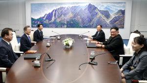 Sydkoreas president Moon Jae-In (andra från vänster) och Nordkoreas ledare Kim Jong-Un (andra från höger) tillsammans med sin syster Kim Yo-Jong (längst till höger) vid förhandlingsbordet i Fredshuset.