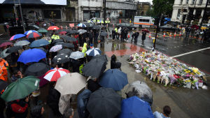Londonoffren hedrades vid blomsterhavet vid London Bridge