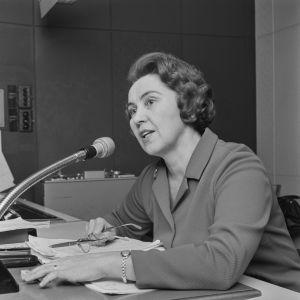 Ohjaaja Toini Vuoristo radiostudiossa mikrofonin ääressä 1968.