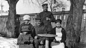 Tyska soldater i Lovisa tillsammans med civila.
