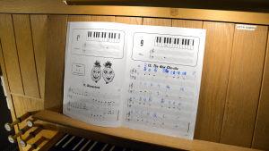 Notblad framför orgel.