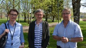Ulla Leevelahti, Mona Lehtonen och Carl-Sture Österman står i Centralparken i Pargas.