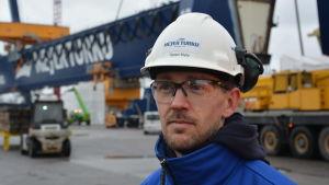 Meyer Turkus informationschef kommunikationschef Tapani Mylly, med vit hjälm på huvudet.