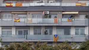 Spaniens och Kataloniens flaggor i staden Badalona i Katalonien.