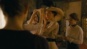 Zelma (Evelin Dobos) provar en hatt.