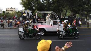 Påve Franciskus vinkar från påvemobilen på Alameda Avenue i Santiago.