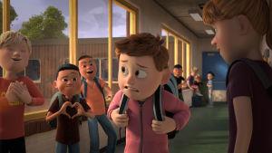 Aske går genom skolkorridoren och blir utskrattad.