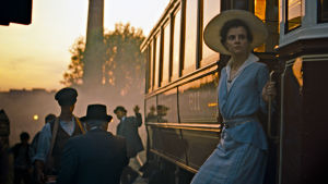 Írisz Leiter (Juli Jakab) astuu raitiovaunusta elokuvassa Budapestin auringonlasku