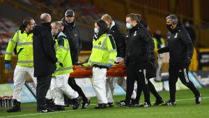 Wolverhamptons målvakt bärs ut på bår.