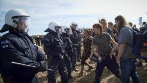 Demonstranter och polis står mot varandra i Hambach, Tyskland.