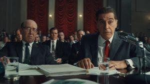 Jimmy Hoffa (Al Pacino) sitter i domstolen vid ett bord och lyssnar uppmärksammat.
