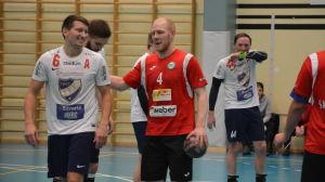 HIFK:s Antti Koskela och PIF:s Fredrik Lundén pratar, 15.2.2017.
