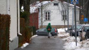 Skolbarn går längs gata