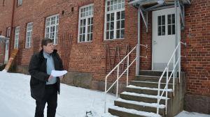 Fastighetschef Seppo Phil utanför Norrgårds i Pargas.