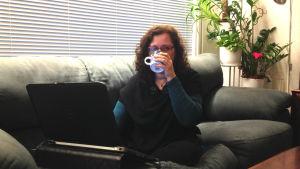Camilla Stjernvall-Malmberg dricker kaffe