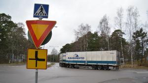 Långtradare vänder mot Korsmansgatan i Hangö.