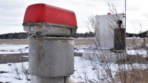 En pumpstation på en snöig åker.