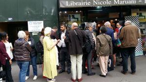 Folk köar till Francois Hollandes boksignering