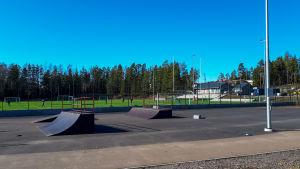 En fotbollsplan på långt håll och en skejtpark framför.