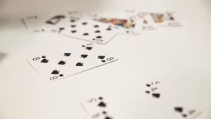 På bordet ligger många kort.