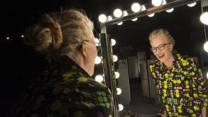 Tuhkimotarinoiden Nanna katsoo itseään peilistä