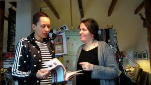 två kvinnor läser serier