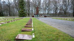 Kransar på hjältegraven i Vasa på självständighetsdagen 2015.