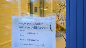 Skotthål vid polistationen i Pargas