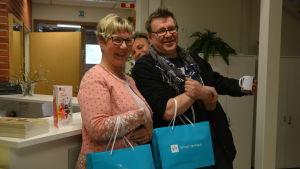 Fredagssnackare Lea Adolfsson och Kennet Lindholm 15.4.2016. Yle Västnylands chef Patrik Rosström spexar i bakgrunden.